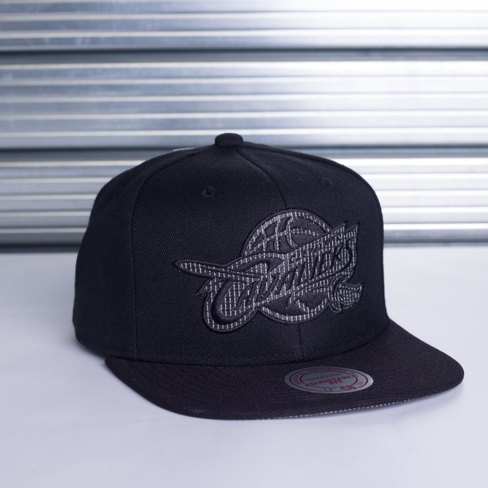 Mitchell   Ness NBA Cleveland Cavaliers Lustrous Snapback - Teams ... 382bec236c15